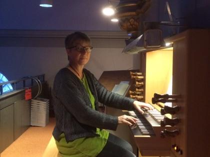 Elisabeth Nygårdh Lundhag vid orgeln i Kalls kyrka