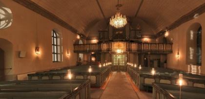 Klicka på bilden och kom till en 360º panoramabild. Brunflo kyrka med levande ljus (Nytt fönster). foto Queenmedia