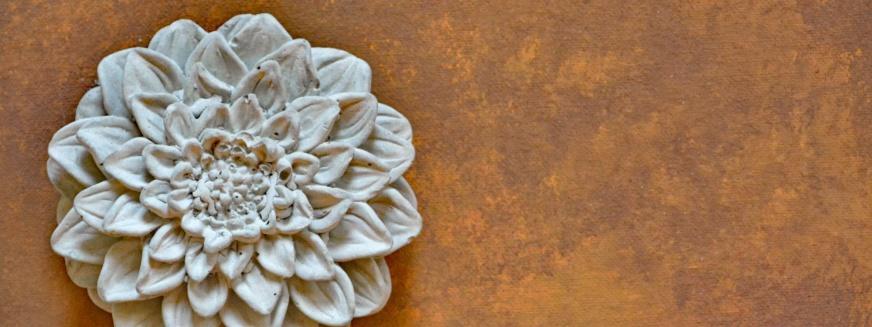 Gjuta i betong. Betong är ett levande material, vackert som det är. Med Annie Sloan Chalk Paint™ kan du skapa precis de effekter du vill och ge dina föremål ännu mer levande nyanser.
