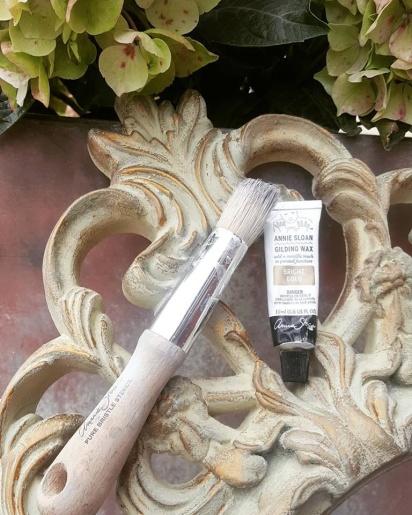 Annie Sloan förgyllningsvax i guld, silver & koppar ger vacker lyster. Du kan också förgylla med blad i guld, silver eller koppar.