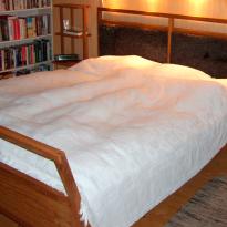 Säng och sängbord