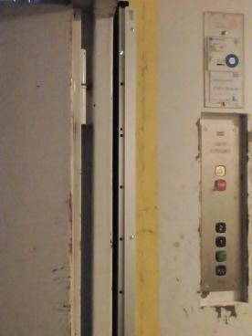 En ljusridå monterad på 2 hissar
