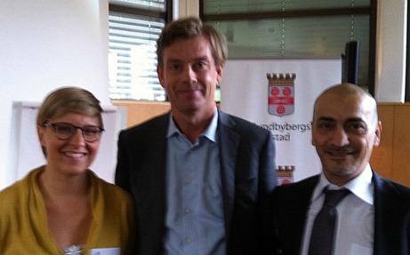 Fr v Emma Gustafson, Ung Företagsamhet, Michael Wolf, VD Swedbank och Sharif Pakzad, Näringslivschef i Kommunen.