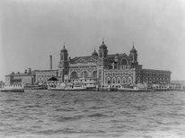 Äntligen framme! Ellis Island, New York var uppsamlingsställe för invandrare 1892 - 1954. Tidigare kom man till Boston, Portland och Quebec.