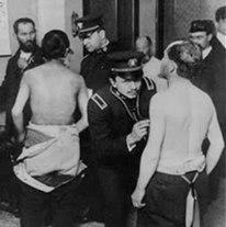 Läkare undersöker invandrare på Ellis Island.
