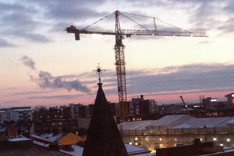 Två lyftkranar, 80 resp 65 meter höga klarar att lyfta in byggmaterial varhelst på arbetsplatsen. Foto mittsundbyberg.se