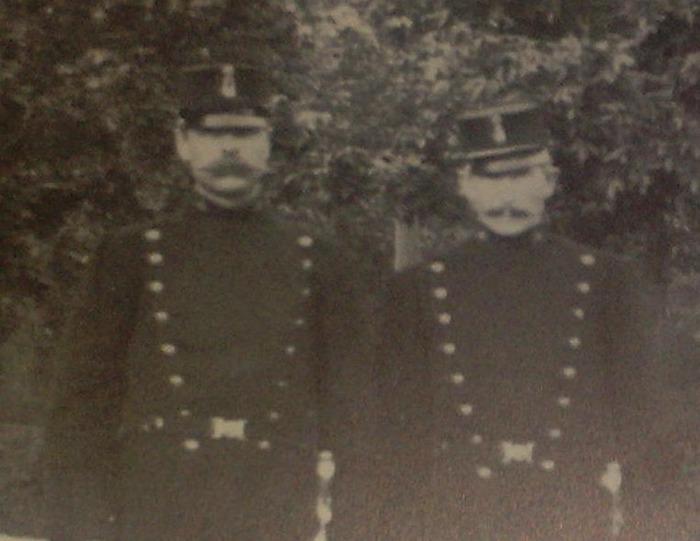 Äntligen konstaplar i uniform. Foto Sundbybergs Museums arkiv. Publicering efter tillåtelse.