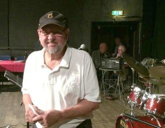 Klubbordföranden Mats farell. Husbandets trummis.
