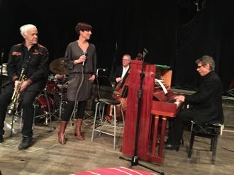"""Robert Malmberg vid pianot """"stampar"""" in. Fr vänster övriga: Jan Allan, Carin Lundin,  Jan Bergnér.  Mats Farell, skymd."""