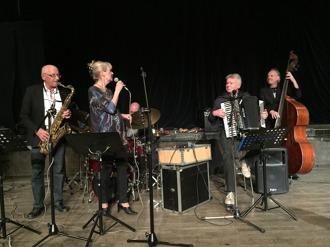 Fr v Per Norlén, tenorsax, Annica Risberg, sång, Mats Farell, trummor, Christer Eidebo, dragspel och Hasse Larsson. bas.