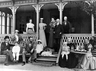 Familjesamling på Sundbybergs Gårds veranda, ovan. Nedan delbild från den övre och visar Emma Sophia med  dottern Emma till höger och dotterdottern i knäet.