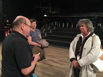 Klubbordföranden Mats Farell samtalar den 24 sep med kommunalrådet Maria Bohman (KD) och Ordförande för Kultur- och fritidsnämnden, om Bristolteaterns kvalitetsfrågor och om nödvändigheten behålla och vårda den kulturpärla som stan har. Marie Enwall i bakgrunden.