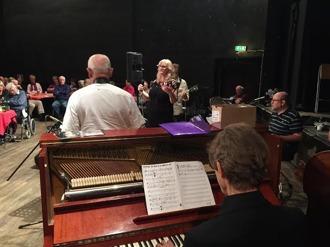 Närmast Robert Malmgren, piano, Mats Farell th vid trummorna, Per Norléns rygg (tenorsax) Meta Ross, sång, Jan Ottesen, gitarr.