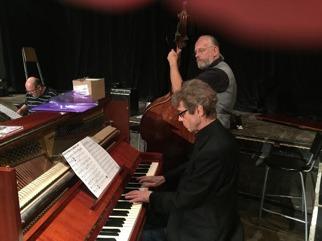 Robert Malmgren, piano, Hans Larsson, bas, och Mats Farell, trummor. Husbandets komp.