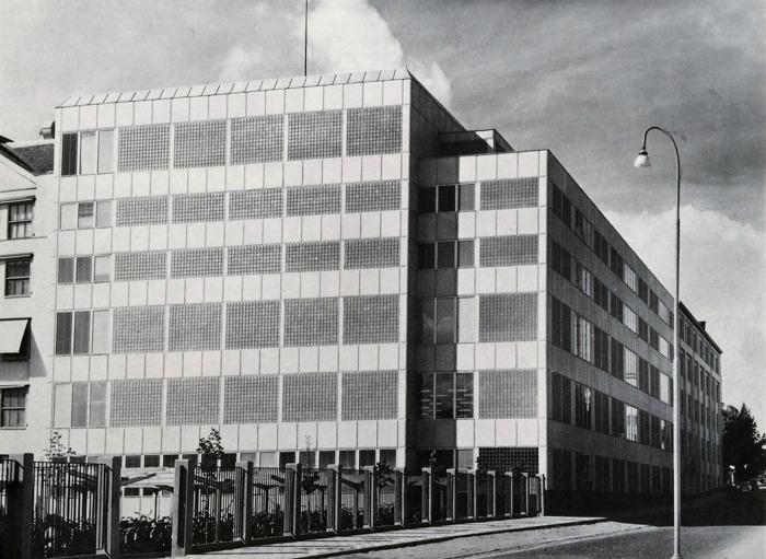 Ur Marabous verksamhetsberättelse för 1962 framgår att produktionen 1962 var 18.322 ton (15.056) och försäljningen var 168,3 milj. Kr (150,5), därav varuskatter 60,1 milj.kr (55,9) Siffrorna inom parentes avser 1961. Till en viss del beror ökningen mellan 1961 och 1962 på att vissa produkter som 1960 redovisats i Findusrörelsen fr.om. 1962 överförts till Marabou. Bilden visar Marabous anläggning på Allén i Sundbyberg.