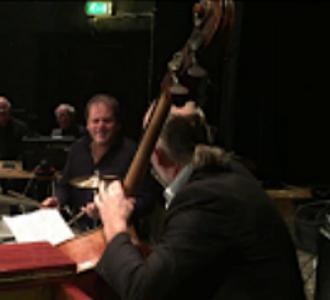 Hasse Larsson, bas och Jesper Kviberg, trummor -  duell.