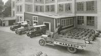 Ovan och nedan: Maraboubilar och Freiabilar med tidig reklam. 20-talet. Chokladbutiker fanns både i Oslo och Stockholm
