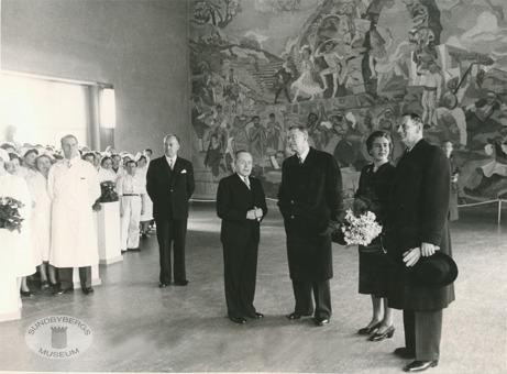Danska kungaparet, drottning Ingrid och kung Fredrik besöker Marabou 1954 tillsammans med vår kung, Gustav VI Adolf.  Marabouordföranden Henning står närmast svenske kungen och svartklädd längst till vänster Lars Anderfelt, VD för både Marabou och Findus. Plats: matsalen; Hilding Linnqvists fresk Komedi och Idyll syns i bakgrunden.