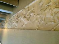 Frisen ovan fönstren i salen; 29 m lång och 1 m hög. Gipsavgjutning från Partenontemplet i Aten - 400 år f Kr. Från British Museum.