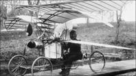 Flygplan och propellrar av alla slag intreserade C R Nyberg. Den här maskinen som var ångdriven kördes i rundbana i trädgården presis som grabbar kör modell-plan hemma. Den här maskinen  slogs sönder i försök att lyfta.