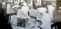 En bit in på trettiotalet hade Marabou ca 600 anställda, de flesta kvinnor. Ovan och nedan produktionsbilder.