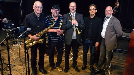 Bild Jan Huldt - Peter Asplund med Husbandet. Från vänster Per Norlén, tenorsax, Mats Farell, trummor, Peter Asplund, trumpet,  Robert Malmberg, piano, Hasse Larsson, bas.