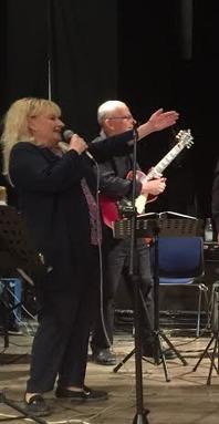 Liza pekar med hela handen så det blir samma låt som spelas...Nedan  spelar Uno Karlén ett solo med Liza i bakgrunden