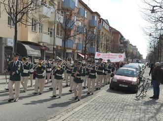 Mäktig musik med blås och trummor går Sturegatan fram.