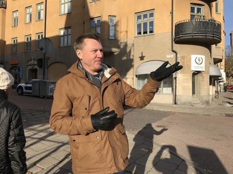 Respondenten och frågaren vid korsningen Sturegatan/Esplanaden.