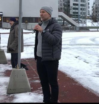 Stadens idrottschef i Kultur- och fritidsförvaltningen, Mikael Elmjenmyr, samt hans personal berömdes för insasterna att få projektet färdigt i tid.
