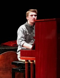 Mattias Broström, gitarr och piano