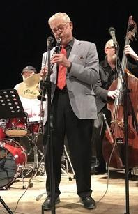Lasse Eriksson, klarinett och sång.