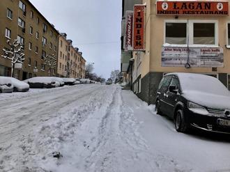 Sturegatan kl 1105 lördagen den 7 janauari 2016. Kostig plöjd. Snövallar från tidigre snöoväder ligger kvar. Ingen åtgärd på trottoaren på fm.