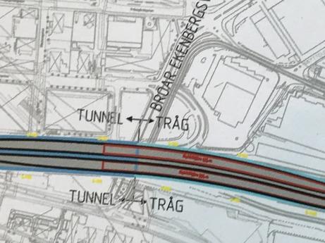 Ovan: Läget detsamma som bilden över, dvs Ekensbergsbroarna, Solnagränsen. Till vänster om gränsen ser vi föreslagen position för uppgången till Sundbyberg.. En liten bit till höger, rödmarkerad, är Solnauppgången positionerad; ligger alltså i det öppna tråget och utgången går ovan järnvägen. Bilden nedan markerar  stationsläget. Svarta fyrkanten är den föreslagna uppgången till stan.