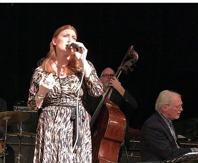 Zoie Finer med Pelle Larsson vid pianot och Hasse Larsson, bas