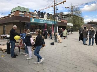 """Gruppen Trivsam Stadskärna hade utlyst den 8 maj som Stadskärnans dag. Bilden ovan är från starten kl 1700. Cirka 15 spridda personer på plats. Ballongutsläpp och tal väntade. Från flygbladet som delades ut kan man läsa bla sedvanliga budskap om gräs och låga hus. Vidare gör man en fullständigt ohållbar jämförelse mellan Gammla stan i Stockholm och """"unika centrum här"""". Vem har givit gruppen carte blanche att göra uttalande för alla sundbybergare? Och """"skänk en slant"""" tillhör också budskapen i flygbladet."""