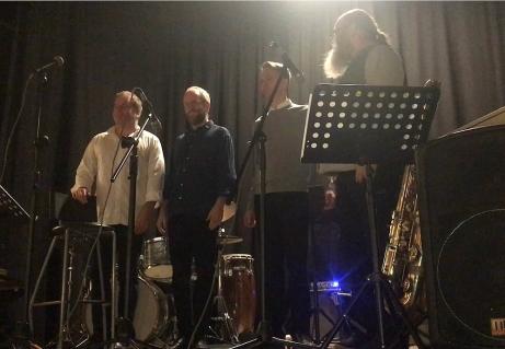 Kvällens besättning: Jesper Kviberg, trummor, bandledare; Magnus Kjellstrand, altsax, sopransax och sång; Lars Ekman, bas; Charlie Malmberg, piano och barytonsax.