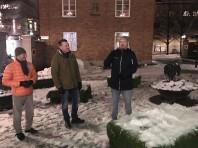 Ljusbilderna invigs. Fr v Urban Holm, Förvaltaren, Stefan Bergström, kommunalråd (C) och Ola Wikström, konstnären som skapat ljussättningen  på byggnaderna på bilderna nedan.