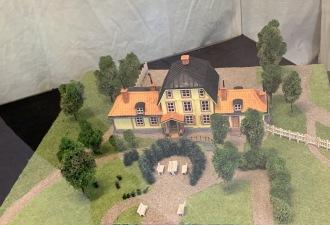Sundbybergs gård låg där Marabous laboratorium fanns eller där dagens Konsthall och restaurangen Parkliv är inrymda. Gården byggdes 1785 av med dr Z J Strandberg. 1868 köpte Anders Petter Löfström gården. Han kom att bli stans grundare. Marabou köpte in gården men enl Henning Throne Holsts biografi var gården i för dåligt skick för att bevara. Den revs och 1942/43 byggdes det nya laboratoriet där gården stått. Modellen byggd av Rune Svensson och visar hur den nybyggda gården såg ut.