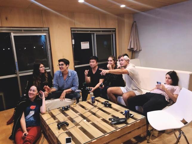 """Mina underbara vänner jag bor med i mitt """"Share House"""". Här sitter jag med folk från Mexiko, Brasilien, Frankrike, Australien, Portugal och USA och spelar Super Smash Bros, ett spel från spelutvecklaren Nintendo."""