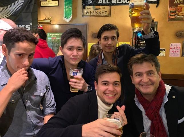 En annan kul grej var när grabbarna Simonsson tog några öl med mina universitetskompisar. Vi vandrade runt till lite olika ställen men hamnade slutligen på en brittisk pub. Skulle föredragit något japanskt med mer känsla, men det blev inte så just den dagen. Otroligt kul likaväl!