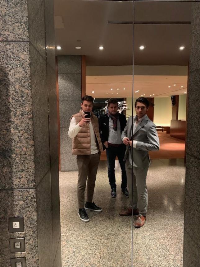 """Här en bild på """"Grabbarna Grus"""" i väntan på hissen som tog oss upp till den mirakulösa baren högst upp, 54e våningen på The Hyatt."""