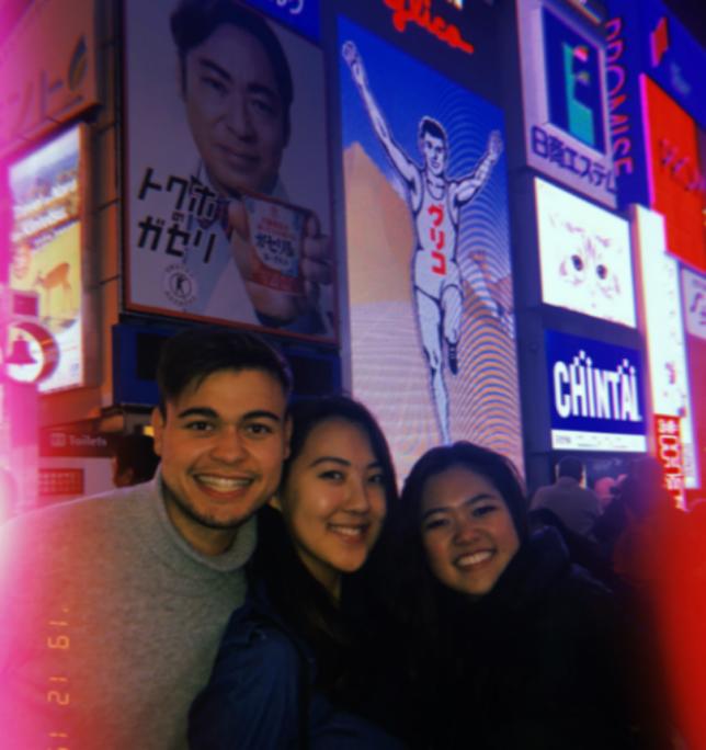 Här är jag och mina kompisar i Dotonburi, ett av Osakas absolut kändaste områden. Här kryllar det av restauranger, butiker och sköna barer.