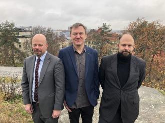 Fr v Peter Schilling, S, Stefan Bergström, C, och Johan  Storåkers, L. Med andra ord Kommumems styre.