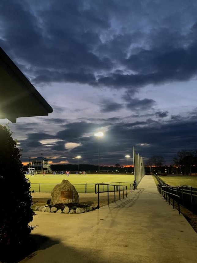 Dramatiska moln över fotbollsplan.