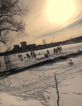 Bandy på Bällstaån. Once upon a time fanns här Sundbybergssjön innan Marabou och andra industrier  knaprade på sjön och vi fick Bällstaån. Foto ac
