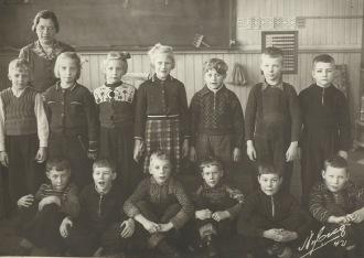 1a klass i Nyvalls skola i Bomhus vårterminen 1942. Lärarinnan är Greta Österberg. Nummer tre fr höger i nedre raden är Curt Wahlund.