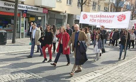 Från höger: Peter Schilling, nya socialdemokratiska Oppositionsrådet i Staden och som på demonstrationsdagen efterträdde Jonas Nygren, Carin Jämtin, partisekreterare i rikspartiet S, fru Schilling och Mikael Sundesten, partiordförande för S här i Staden.