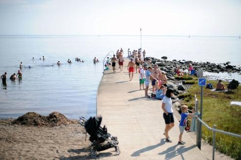 En fin baddag i juli 2019. I år bör badarna sprida ut sig lite mer med tanke på coronan. Foto CeWe