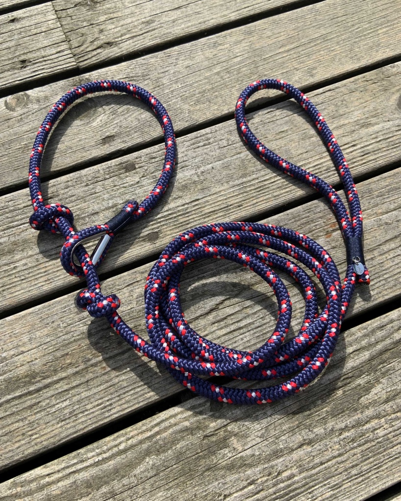 Nautical dog leash in nautical colors with thimble.